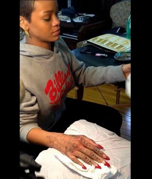 Новая татуировка Рианны (Видео)