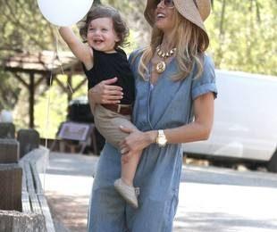 Рэйчел Зое с ребенком и в джинсовом комбинезоне