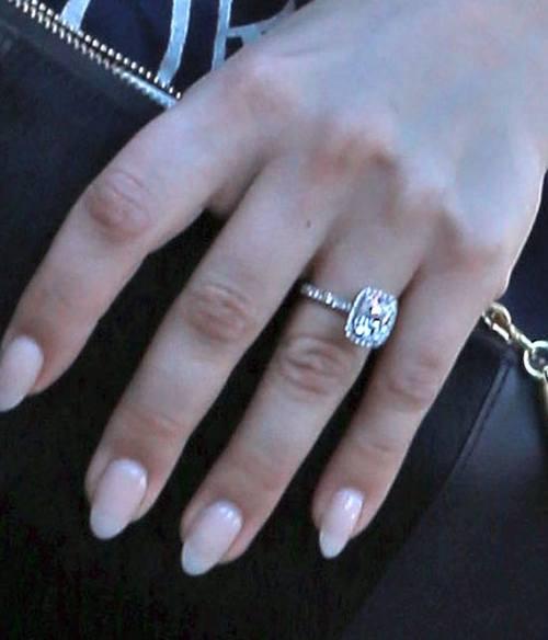Кейли Куоко похвасталась обручальным кольцом