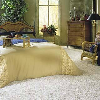 Прикроватные коврики в интерьере спальни с фото