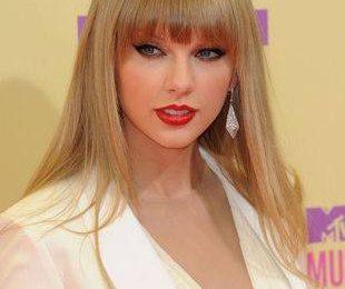 Тейлор Свифт в костюме на красной ковровой дорожке