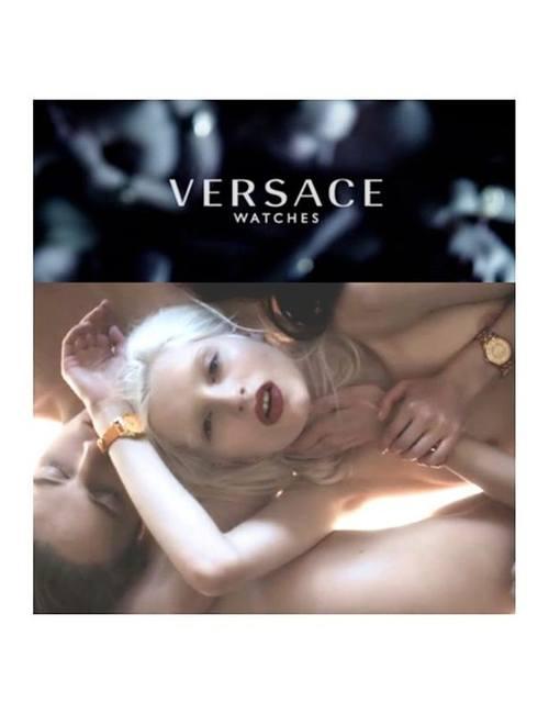Очень чувственная кампания часов Versace