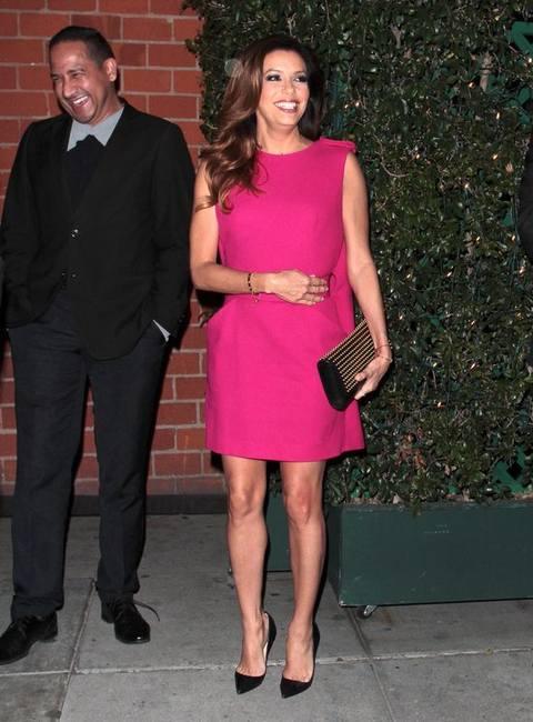 Ева Лонгория в платье самого модного оттенка этого года