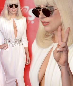 Отважное декольте Леди Гага