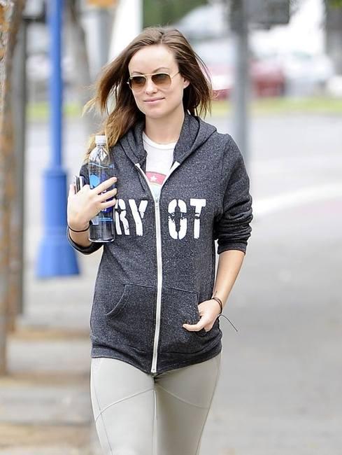 Беременная Оливия Уайлд без макияжа и в узких брюках