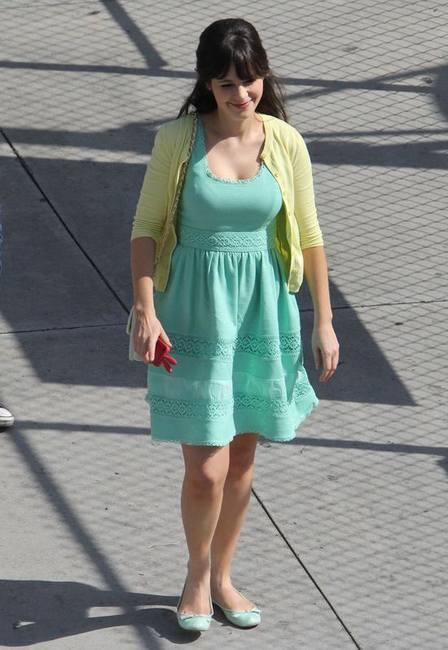 Зои Дешанель в платье от Джессики Симпсон