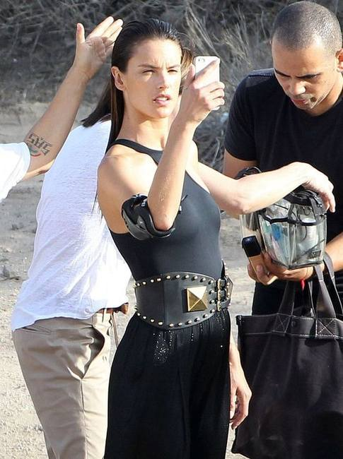 Алессандра Амбросио во время новой рекламной фотосессии