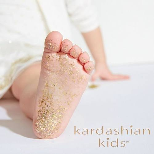 Кардашян выпустила коллекцию одежды для новорожденных