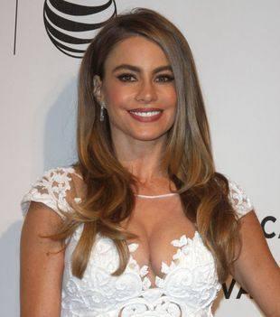 Сексуальная София Вергара в белом кружевном платье