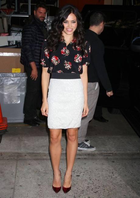 Дженна Деван в цветочный блузке и c идеальной фигурой