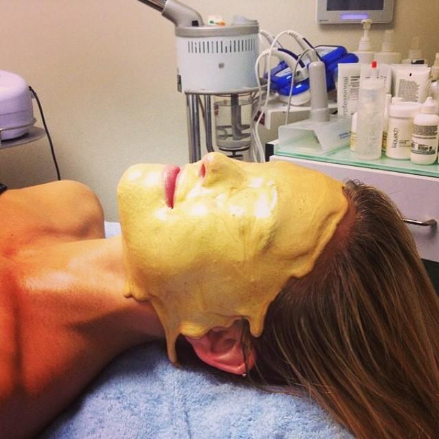 Какая модель решила отлить свое лицо в золоте?