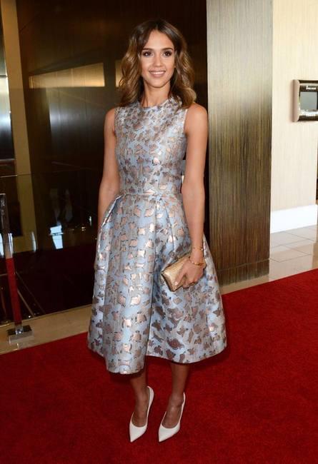 Джессика Альба в росклешенном платье от Mary Katrantzou