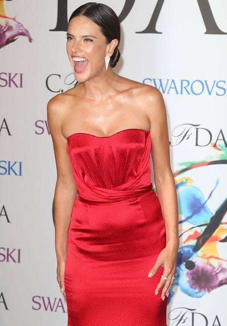 Алессандра Амбросио в красном платье Nonoo