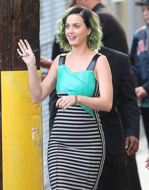 Кэти Перри с зелеными волосами в Roland Mouret